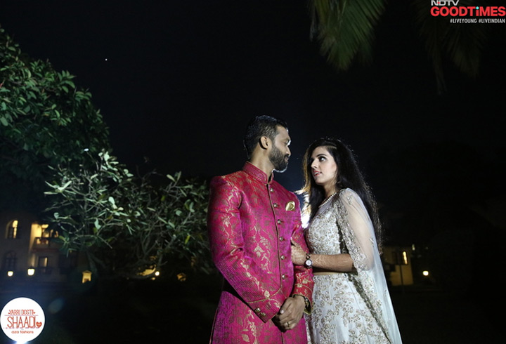 The eyes say it all. Diwiya and Pradeep look into each other's eyes lovingly, and are caught in a candid moment.