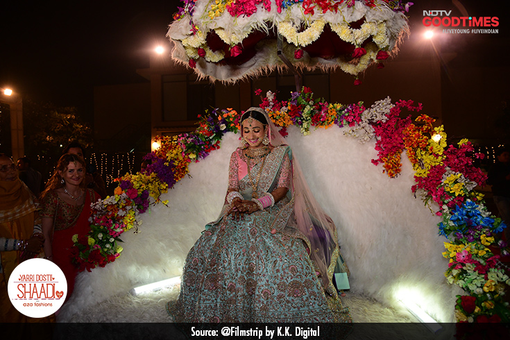 Divya does not leave any stone unturned to match her groom's entry. She too makes an entrance on her fairy-like chariot, like the royal she is.