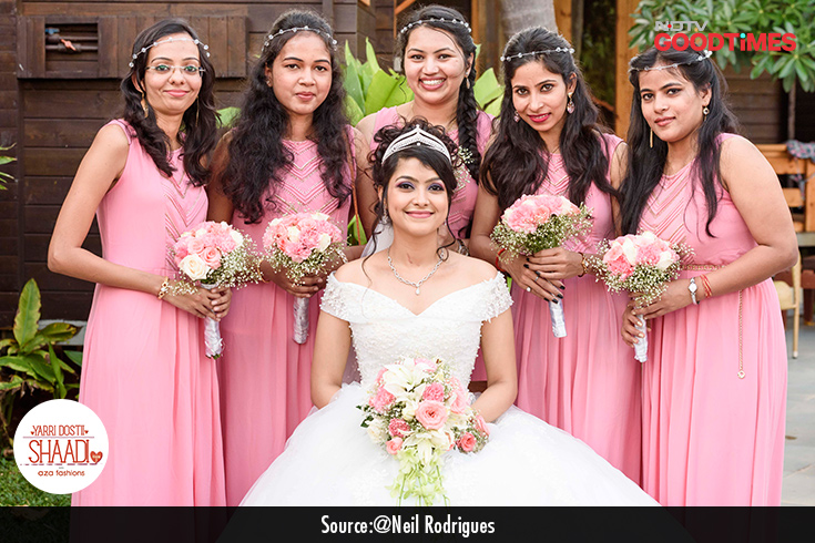 A happy bride with her bridesmaids- Ainsteena and her friends pose for the perfect picture.