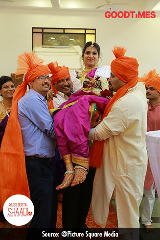 Padma  enters the mandap with her uncles and brothers carrying her on their shoulders.