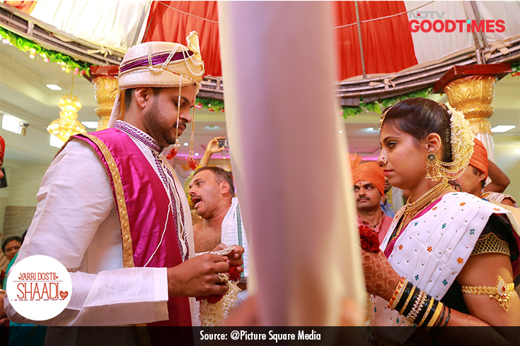 Antar Patha is a Konkani wedding tradition where the priest holds a veil between the couple before they exchange garlands. This veil signifies the separate lives of the bride and groom, which will soon end with their union.