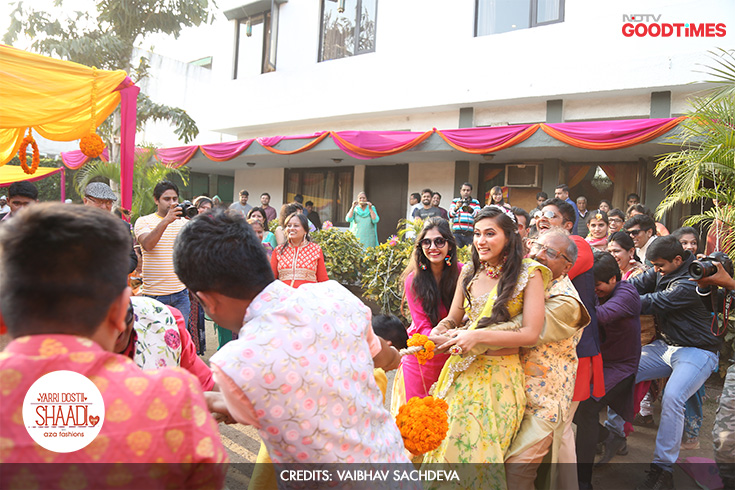 One of the things Megha and Mayank had planned at their Mehendi event, to bring in an element of fun, was a family tug-of-war. The enthusiasm is clear, as Megha's dad lends a helping hand only to lead Team Bride to a win!