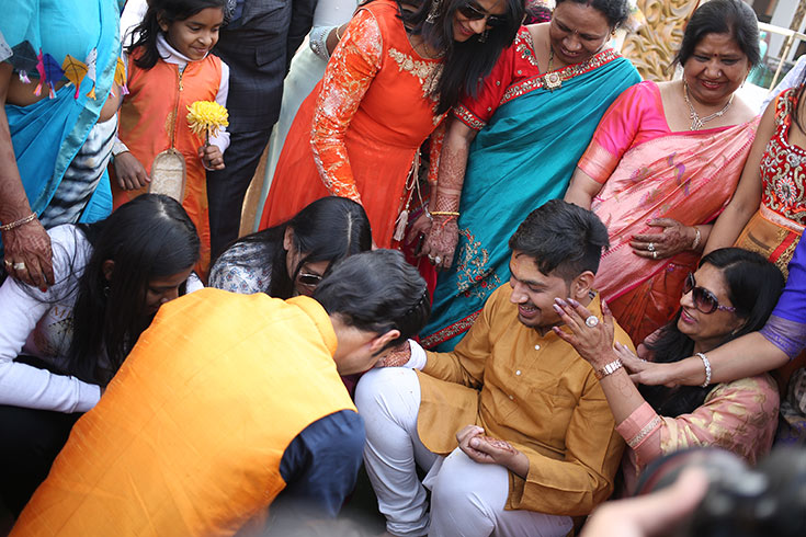 Aalekh participates in Hitesh's Tel Baan more popularly known as the Haldi ceremony. A combination of turmeric, sandal wood, water and mustard oil is applied onto Hitesh by his family members as an antiseptic and a beauty remedy for the groom.