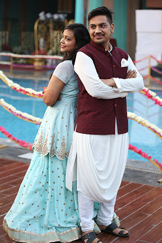 Hitesh and Parul are a fun couple and how they enter their mehendi event, is testament to it. While Parul enters with panache, Hitesh is brought in by his friends in a humorous way, parodying a bride, under a chadar!