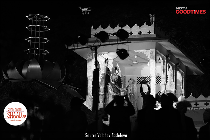 Amidst fireworks, standing in a royal balcony, Anvita and Ankit exchange their varmalas and mark the beginning of their married life.