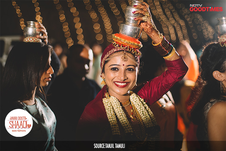 Even with a challenge coming her way, where she must stand for more than two hours, Jahnavi smiles heartily. She knows that with her entering the venue, the wedding ceremonies come to an end and so she plays along to let the fun continue